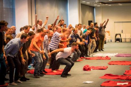 skupiny mužů dělajících dynamické cvičení na posílení mužské síly
